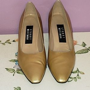 STUART WEITZMAN short heels patent gold shoes.